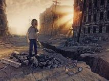 Ruinen einer Stadt und des Jungen Stockbild