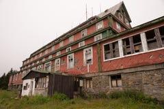 Ruinen eines alten Hotels Lizenzfreie Stockbilder