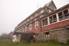 Ruinen eines alten Hotels Lizenzfreie Stockfotografie