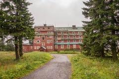 Ruinen eines alten Hotels Stockbilder