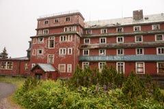 Ruinen eines alten Hotels Stockfotos