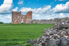 Ruinen eines alten Schlosses Ludza mit See lizenzfreie stockbilder