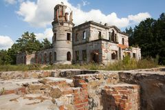 Ruinen eines alten Schlosses Tereshchenko Grod in Zhitomir, Ukraine Palast des 19. Jahrhunderts lizenzfreie stockfotografie