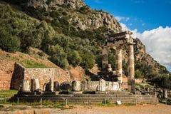 Ruinen eines altgriechischen Tempels von Apollo in Delphi, Griechenland Stockbilder