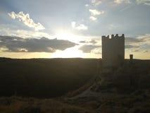 Ruinen eines Schlosses, das ein Feld übersieht lizenzfreie stockfotos