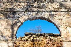 Ruinen eines Steinbogens und der Backsteinmauer Lizenzfreies Stockbild