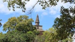 Ruinen groß und hohe buddhistische Pagode mit Blattrahmen Lizenzfreies Stockfoto
