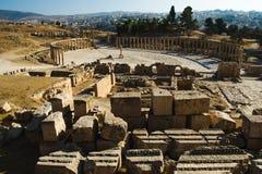 Ruinen mit Bausteinschongebiet von Zeus Olympios und von ovalem Forum antikisieren Stadt Gerasa Modernes Jerash auf Hintergrund T Lizenzfreie Stockfotos