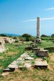 Ruinen mit einer hohen Spalte Stockfoto