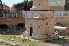 Ruinen nähern sich Basis von Colonna Traiana in Rom Lizenzfreie Stockfotografie