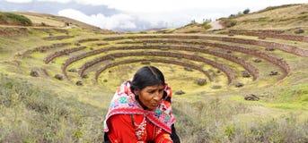 Ruinen peruanische Frau und des Morayinkas stockfotos