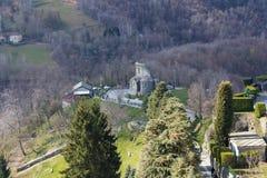 Ruinen Sans Sepolcro vor St- Michael` s Abtei auf Berg Pirchiriano Piedmonte Italien Lizenzfreie Stockfotos