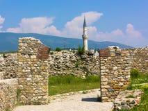 Ruinen am Skopje-Festungs-Kohl mit Minarett im Hintergrund stockfotos