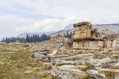 Ruinen und Landschaft von Hierapolis, in Pamukkale, die Türkei stockbilder