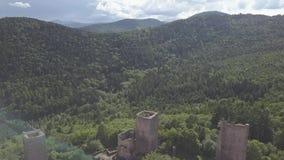 Ruinen von drei Schlössern nahe Colmar, Elsass Luftbrummenansicht stock video