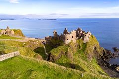 Ruinen von Dunluce-Schloss in Nordirland Stockfotografie