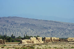 Ruinen von Gaochang mit Bergen im Hintergrund Lizenzfreies Stockbild