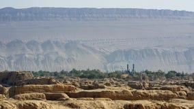 Ruinen von Gaochang, von Bergen und von Moschee Stockbild