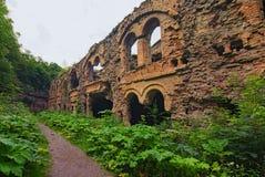 Ruinen von Gebäuden innen in verlassenem Tarakaniv-Fort am bewölkten Tag des Sommers Rivne-oblast, Ukraine stockfoto