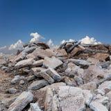 Ruinen von konkreten Straßen mit Himmelwolken Lizenzfreies Stockbild