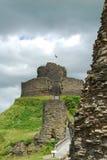 Ruinen von Launceston ziehen sich, Cornwall zurück und hinten bedrohen dunkle Wolken stockfotografie