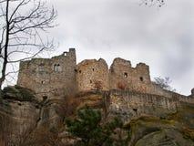 Ruinen von Oybin ziehen sich im Görlitz-Bezirk, in Sachsen, Deutschland zurück Lizenzfreie Stockfotos