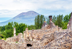 Ruinen von Pompeji mit Vesuv im Abstand, Italien lizenzfreie stockfotos