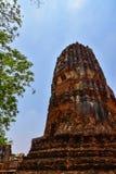 Ruinen von stupa und von Statue von Buddha in Wat Mahathat, der alte thailändische Tempel in historischem Park Ayutthaya Stockfotos