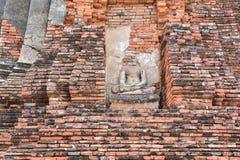 Ruinen von stupa und von Statue von Buddha in Wat Mahathat, der alte thailändische Tempel in historischem Park Ayutthaya Lizenzfreie Stockbilder