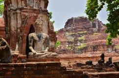 Ruinen von stupa und von Statue von Buddha in Wat Mahathat, der alte thailändische Tempel in historischem Park Ayutthaya Lizenzfreie Stockfotos
