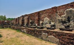 Ruinen von stupa und von Statue von Buddha in Wat Mahathat, der alte thailändische Tempel in historischem Park Ayutthaya Lizenzfreies Stockbild