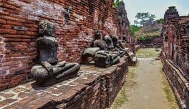Ruinen von stupa und von Statue von Buddha in Wat Mahathat, der alte thailändische Tempel in historischem Park Ayutthaya Stockbild