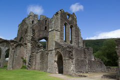 Ruinen von Wänden und von Bögen der alten Abtei in Brecon-Leuchtfeuern in Wales Stockfotos