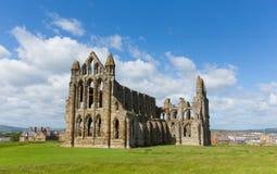 Ruinen Whitby Abbey Yorkshires Großbritannien in der touristischen Stadt und dem Urlaubsziel des Sommers Stockbilder