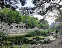 Ruines à côté de rivière photos libres de droits