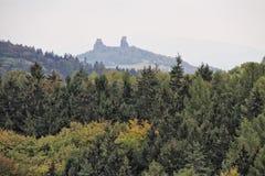 Ruines éloignées de château au-dessus de la forêt Photos stock