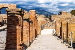 Ruines antiques à Pompeii, ville romaine détruite pendant l'éruption du mont Vésuve images stock