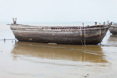 Ruines antiques d'un grand bateau en mer Photos stock