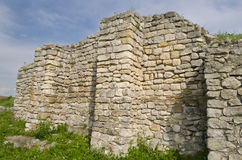 Ruines antiques d'une forteresse médiévale Photographie stock libre de droits