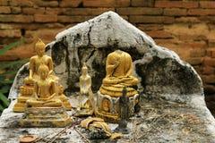 Ruines antiques de Bouddha et vieux mur de briques, province de Lampang, Thail Image stock