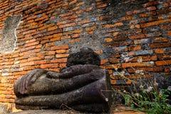 Ruines antiques de Bouddha et vieux mur de briques sur le tha antique de monuments Image stock