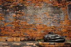 Ruines antiques de Bouddha et vieux mur de briques sur le tha antique de monuments Photo stock