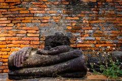 Ruines antiques de Bouddha et vieux mur de briques sur le tha antique de monuments Photo libre de droits