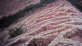 1972 : Ruines antiques de monticule de monument national de Tuzigoot dans le sud-ouest américain clips vidéos