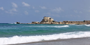 Ruines antiques de port de Césarée en Israël Photographie stock libre de droits