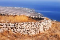 Ruines antiques de Thera donnant sur l'aéroport de Santorini Image stock