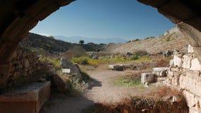 Ruines antiques du stade dans les Aphrodisias, de bourdonnement d'une de deux entrées pour l'athlétisme et de gladiateurs, Turqui banque de vidéos