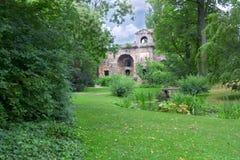 Ruines antiques en beau parc Image libre de droits