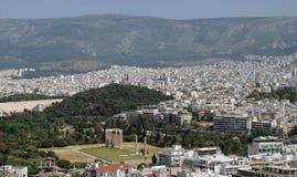 Ruines antiques entourées par Athènes moderne Image stock
