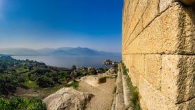 Ruines antiques impressionnantes de Heracleia en parc national Turquie de lac Bafa Milas, Aydin, Turquie Montagnes de Besparmak A images libres de droits